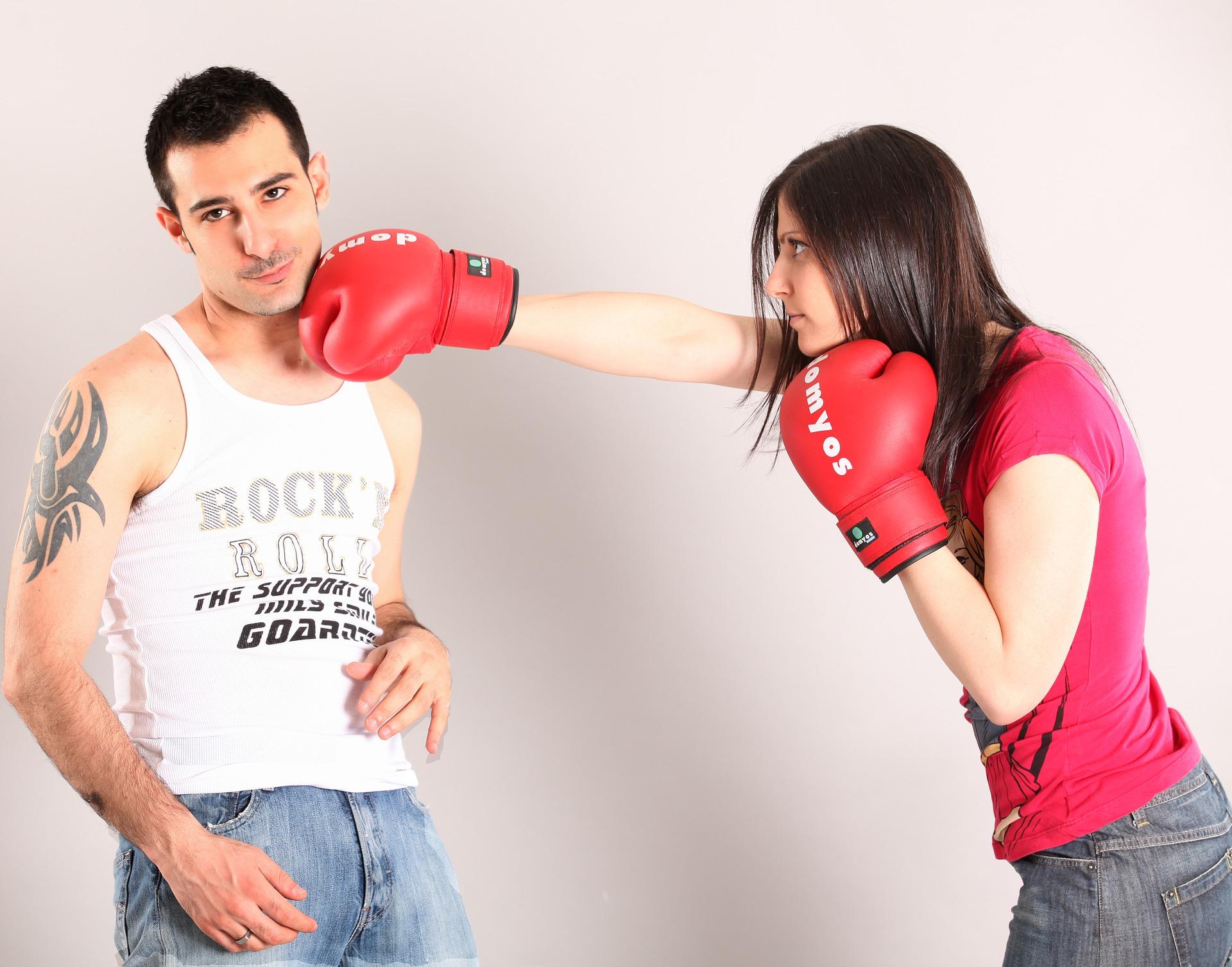 彼に腹を立てる女性